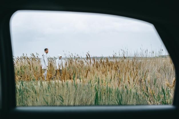 Portret rodzinny przez okno samochodu
