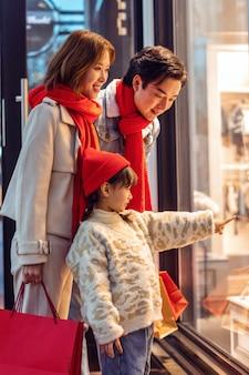 Portret rodzinny świętuje boże narodzenie i nowy rok, święta i zakupy