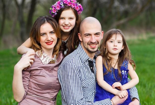 Portret rodzinny w parku.
