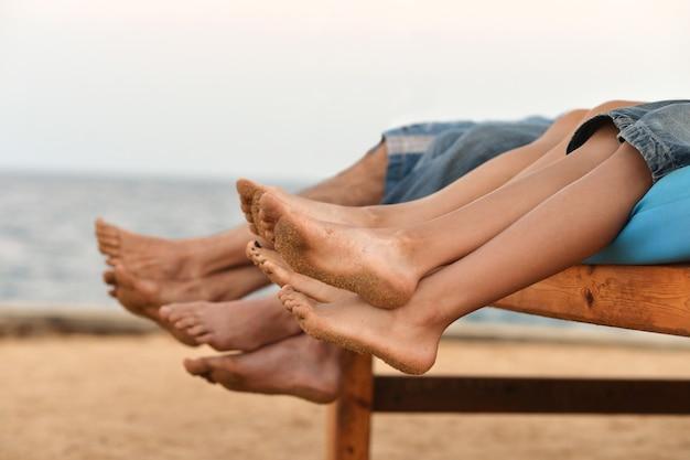 Portret rodzinnych stóp na tle plaży