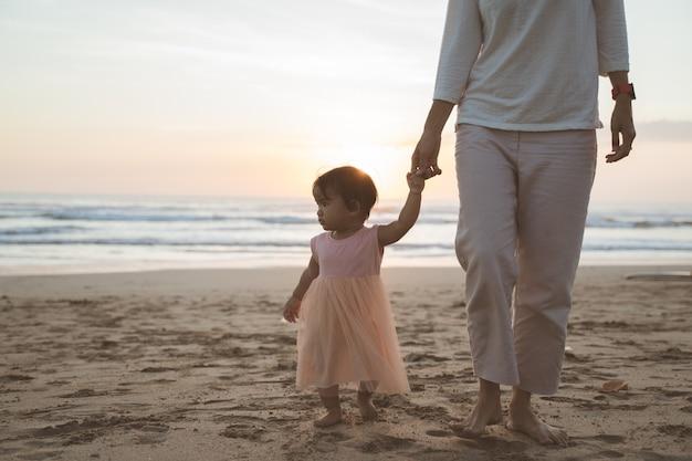Portret rodziny, ciesząc się wakacjami na plaży