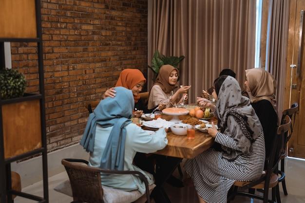Portret rodziny hijrah podczas szybkiego zerwania razem po południu