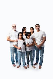 Portret rodziny indn z dziadkami, rodzicami i dziećmi na białej ścianie w białych płótnach