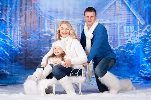 Portret rodziny świętuje boże narodzenie razem