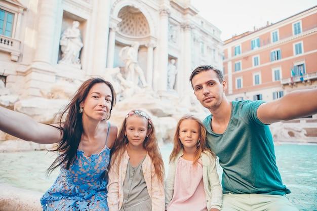 Portret rodziny w fontana di trevi, rzym, włochy.