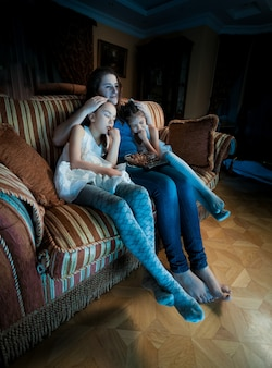 Portret rodziny zasnął na kanapie podczas oglądania telewizji w nocy