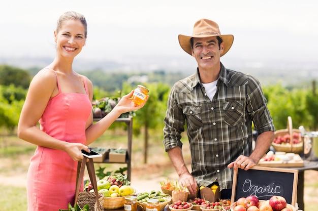 Portret rolnika sprzedającego swoje produkty ekologiczne do klienta