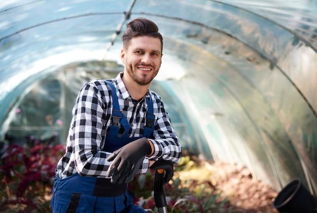 Portret rolnika z łopatą