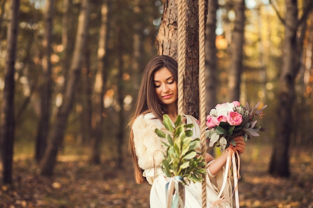 Portret romantyczna dziewczyna w parku