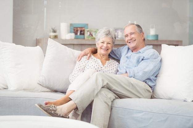 Portret romantyczny starszy pary obsiadanie na kanapie w żywym pokoju