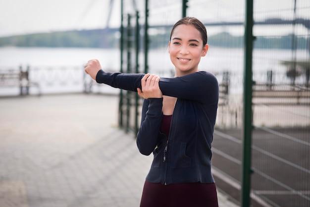 Portret rozciąga outdoors młoda kobieta