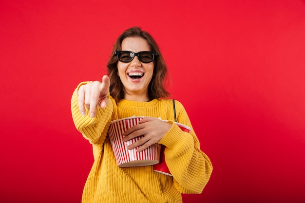 Portret roześmiana kobieta w okularach przeciwsłonecznych
