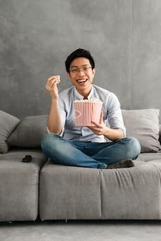 Portret roześmiany młody azjatykci mężczyzna