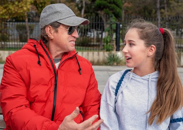 Portret rozmawia ojciec i córka.