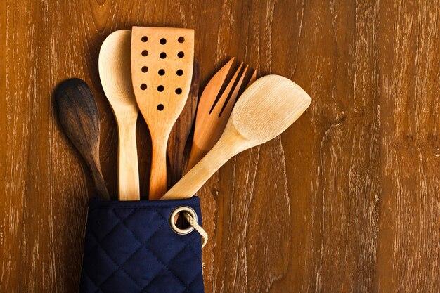 Portret różnych drewnianych narzędzi kuchennych z drewnianym tłem