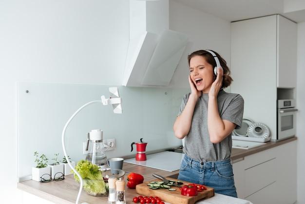 Portret rozochocona kobieta słucha muzyka