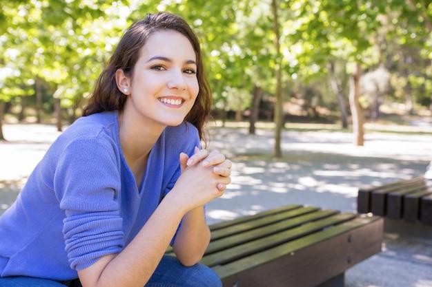 Portret rozochocona kobieta wydaje weekend w parku