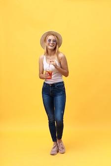 Portret rozochocona młoda kobieta jest ubranym lato odziewa podczas gdy pozujący