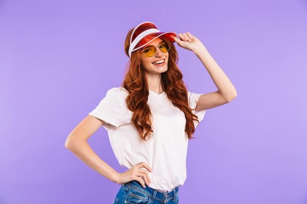 Portret rozochocona młoda kobieta w kapeluszu