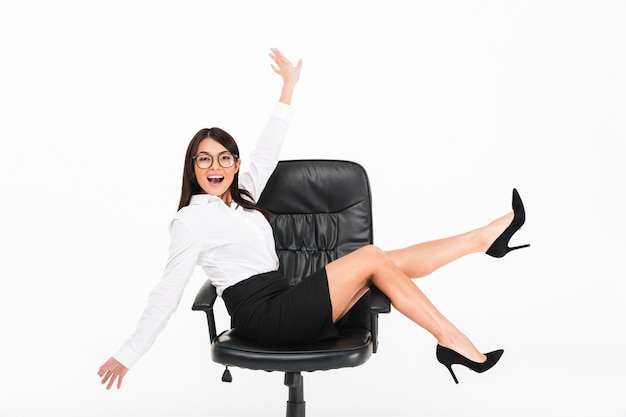 Portret rozochocony azjatykci bizneswoman w eyeglasses