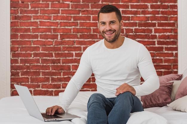 Portret rozochocony mężczyzna używa laptop