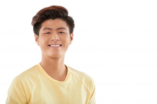 Portret rozochocony młody człowiek ono uśmiecha się przy kamerą