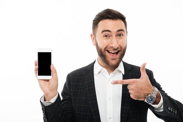 Portret rozochocony uśmiechnięty mężczyzna wskazuje palec