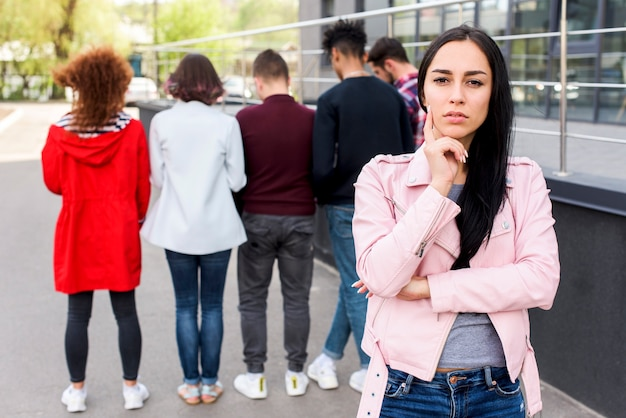 Portret rozważna kobiety pozycja na ulicie