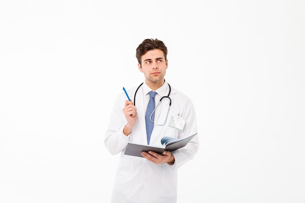 Portret rozważna młoda samiec lekarka