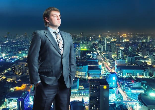 Portret rozważnego biznesmena na szarym tle