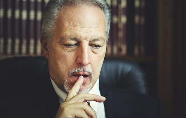Portret rozważnego menedżera w jego biurze