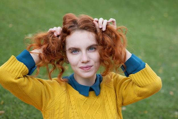 Portret rudej dziewczyny