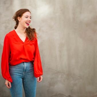 Portret rudzielec kobieta z kopii przestrzenią