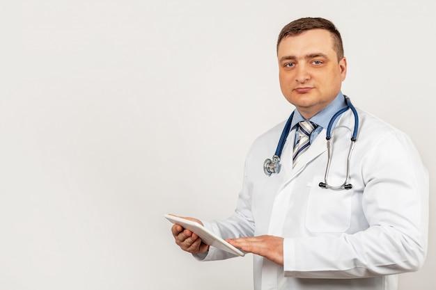 Portret samiec doktorska używa cyfrowa pastylka