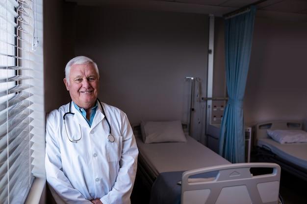 Portret samiec doktorski opierać w oddziale