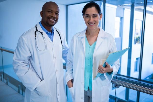Portret samiec i kobiety lekarki stoi w korytarzu