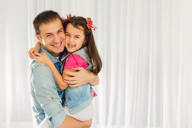 Portret ściska jej tata mała dziewczynka