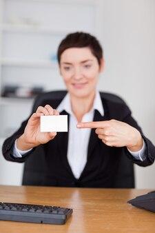 Portret sekretarza przedstawiający pustą wizytówkę