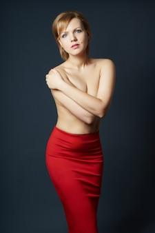 Portret seksowna dorosła blondynki kobieta na zmroku.