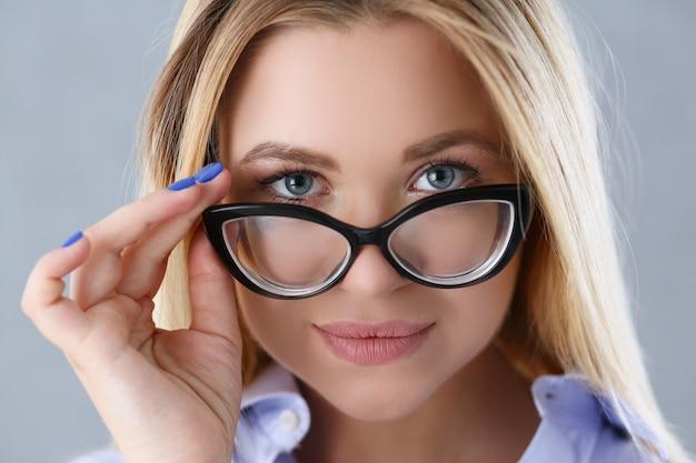 Portret seksowna kobieta w męskiej koszuli w okularach