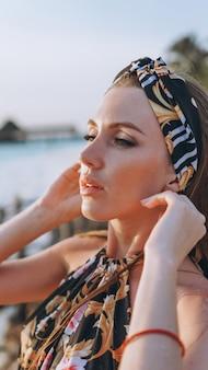 Portret seksowna kobieta w pływanie odzieży oceanem