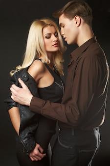 Portret seksowna młoda modniś para w studiu