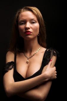 Portret seksowna tajemnicza kobieta na czerni