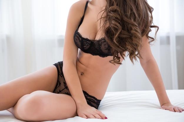 Portret seksownego kobiecego ciała w czarnej bieliźnie