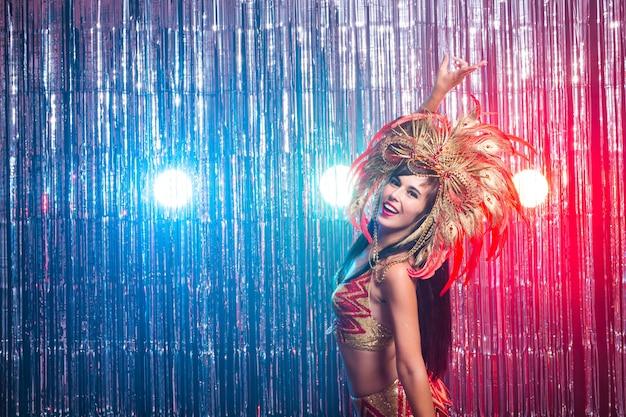 Portret seksownej kobiety w wystawnym kolorowym stroju karnawałowym