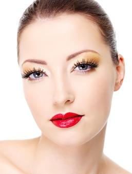 Portret seksowny atrakcyjny blask kobiety. close-up twarz z makijażem mody