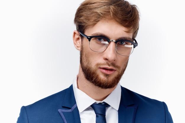 Portret seksowny mężczyzna w okularach biznes finanse i niebieską marynarkę krawat model