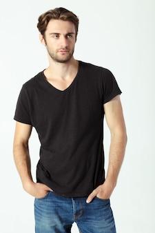 Portret seksowny mężczyzna z czarnym tshirt