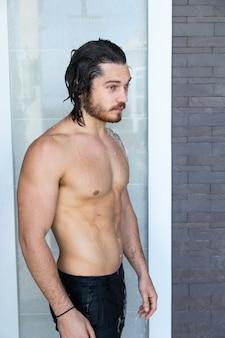 Portret seksowny przystojny mężczyzna odpoczywa przy basenie. koncepcja wakacji letnich.