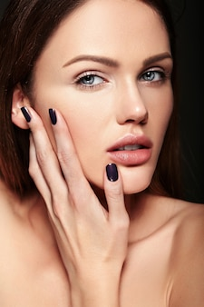 Portret seksowny uroda zbliżenie model piękny zmysłowy kaukaski młoda kobieta z nagim makijażu dotykając jej idealnie czystą skórę pozowanie na ciemnym tle